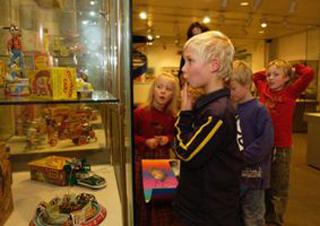 Spielzeugmuseum-N-Kinder-Blechspielzeug-klein