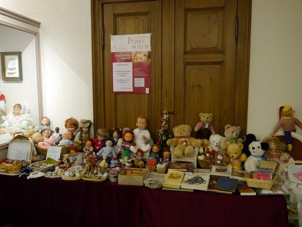 Teddys und Puppen beim Flohmarkt